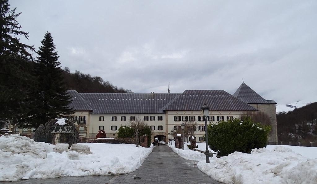 edificios de la Real Colegiata de Santa María de Roncesvalles Navarra 02