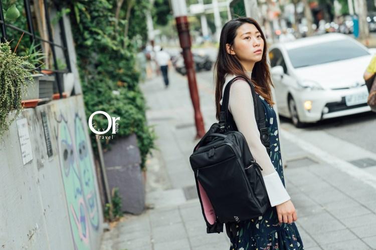 BOW Quiver 防水多功能萬用包 女孩的運動背包、旅行背包、筆電背包、相機背包通通滿足,外觀黑色好穿搭、內袋多樣俏皮配色