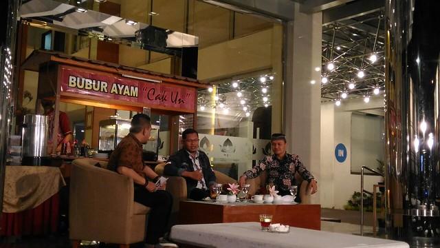 Ketua KPU Suprihno, M.Pd., bersama anggota KPU Suyitno Arman, S.Sos., saat menjadi pembicara dalam acara Bubur Si Mas di halaman Istana Hotel (14/3)