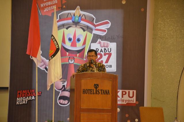 Ketua KPU Tulungagung Suprihno saat memberi sambutan dalam acara pembukaan debat publik paslon bupati dan wakil bupati tulungagung di Hall Istana Hotel (23/3)