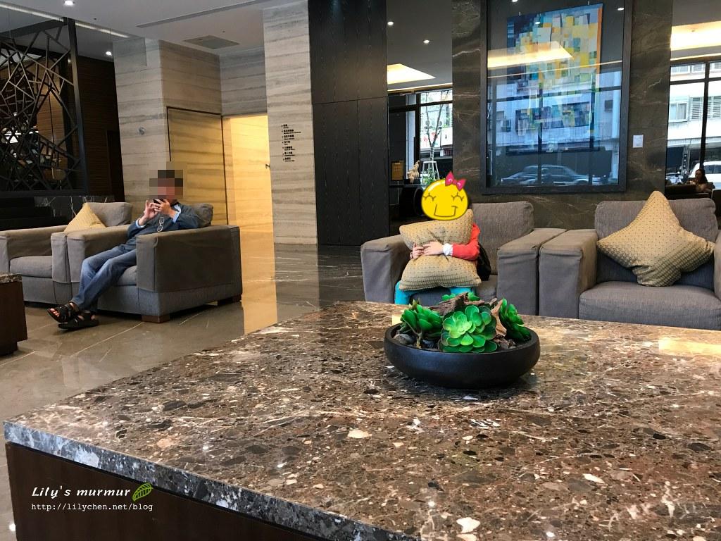 小妮才抵達煙波大飯店,等待Check-in時就滿臉開心期待的抱著抱枕。