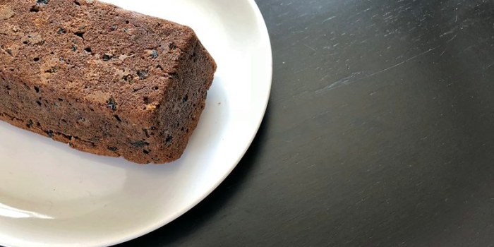 Постный кекс с черносливом на кофе