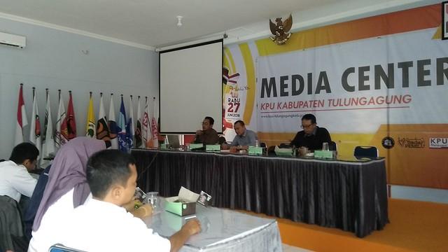 M. Fatah Masrun saat memimpin rapat koordinasi dengan media televisi dan radio guna persiapan Debat Publik Paslon Bupati dan Wakil Bupati di Media Center KPU Tulungagung (21/3)