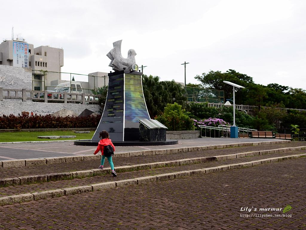圖說:花蓮和平廣場,小妮看到鴿子雕塑好奇的往前走。
