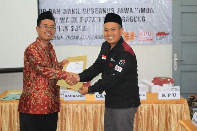 Ketua PPK Kecamatan Bandung menyerahkan berita acara rekapitulasi hasil pleno DPSHP kepada Ketua Panwascam Bandung Fatkurohim di kantor Kecamatan Bandung kemarin (12/4)