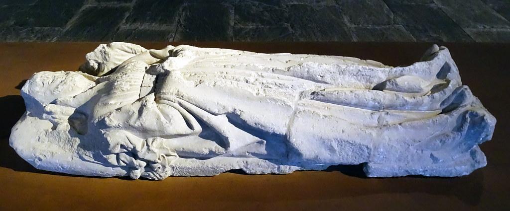 Altorelieve gotico en piedra tapa de sarcofago de Teresa Alfonso de Palomeque en Convento de Santo Domingo Estella Museo de Navarra Pamplona