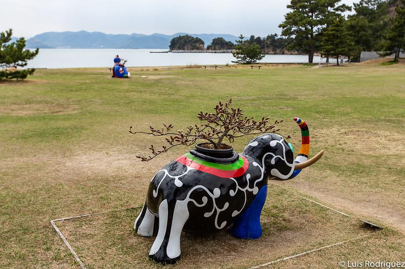 Otras obras de arte en el exterior de Benesse House en Naoshima