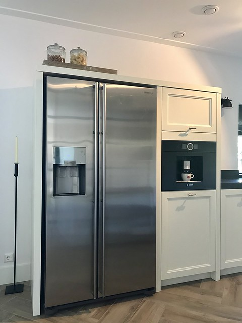 Roestvrijstalen koelkast landelijke keuken