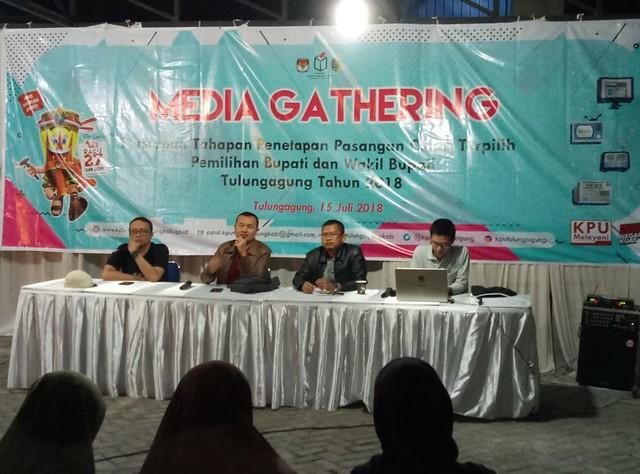 Suasana Madia Gathering Sosialisasi Persiapan Tahapan Penetapan Paslon Terpilih Pilkada Tulungagung 2018 di Halaman KPU Tulungagung (15/7)