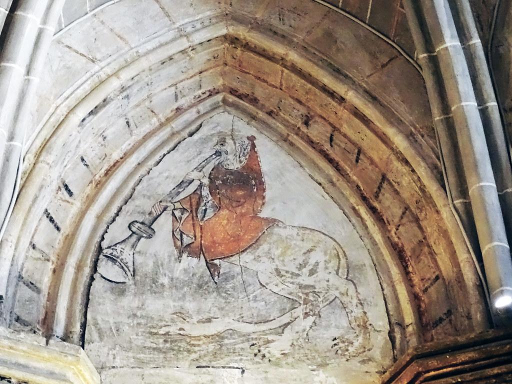 hombre tocando trompeta zoomorfo Pintura mural fresco en timpano interior Catedral de Nuestra Señora de la Huerta de Tarazona Zaragoza