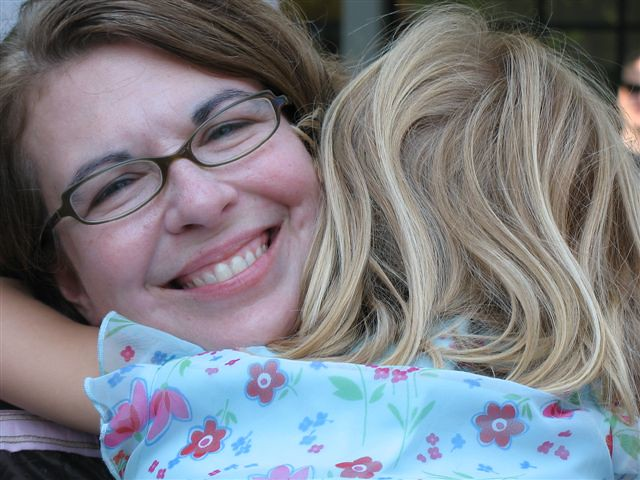 《a hug is mom's best reward》(CC via bijoubaby)