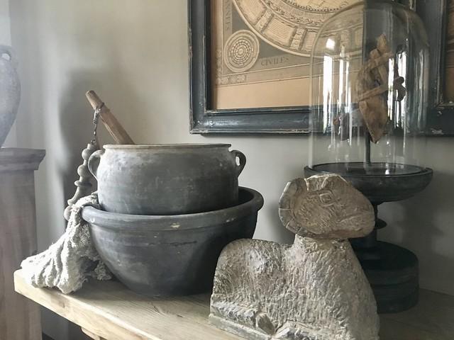 Stenen pot, linnen doek, stolp Hoffz