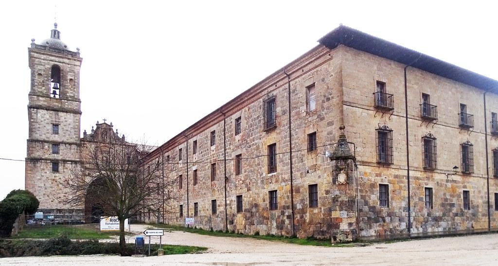 Torre y portada exterior Monasterio de Irache o Iratxe Navarra 01