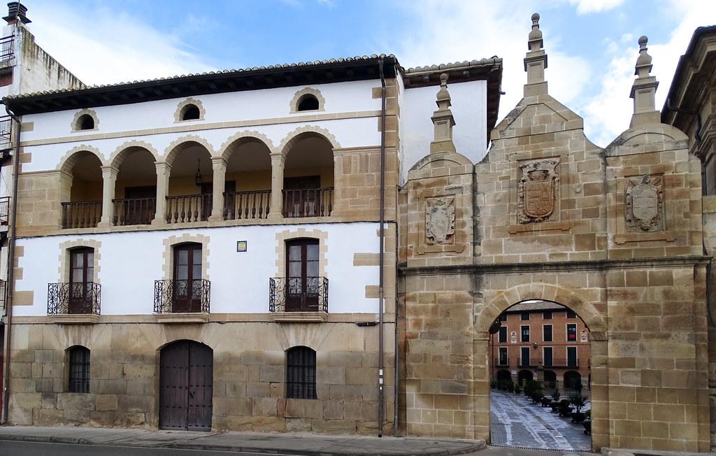 Portal del Castilla camino de Santiago entrada a Los Arcos Navarra 01