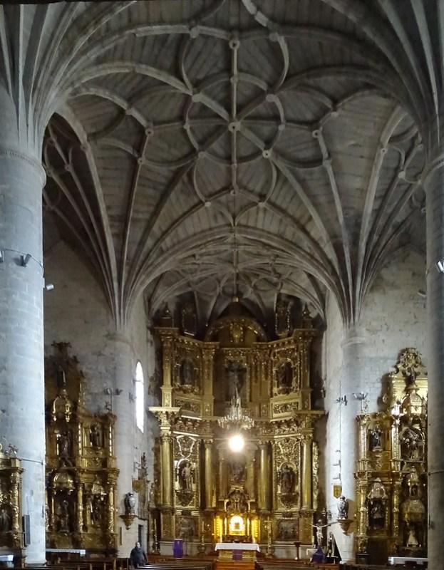 altar y retablo mayor interior Iglesia de Santiago Puente la Reina Navarra 01