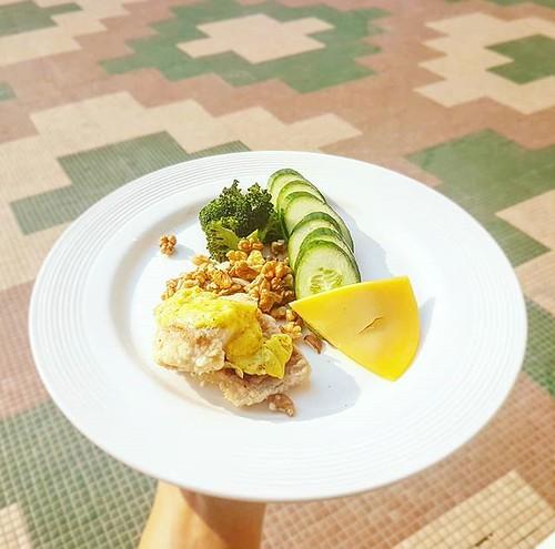 Brokkoli, Gurke, Fisch und Käse. Keto Frühstück in Indien. #ketoseportal #ketogen #lowcarbdeutschland