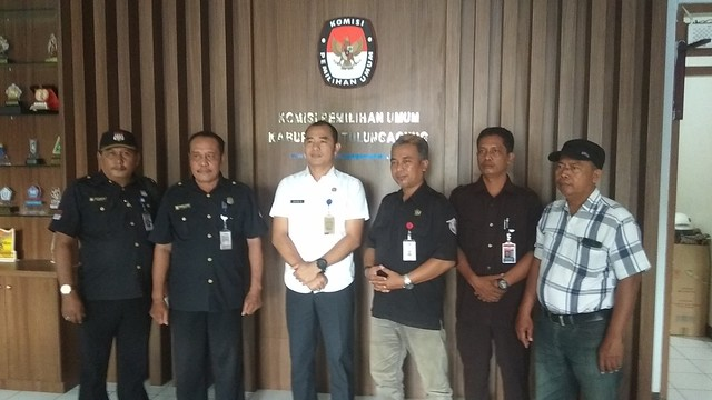 Pimpinan dan anggota LPKN Tulungagung berfoto bersama David Hartanto seusai pertemuan silaturahim, Selasa (10/4)