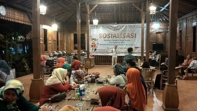 Suyitno Arman memberi penjelasan terkait pelaksanaan pilkada 2018 pada acara sosialisasi yang diselenggarakan PKKG Kecamatan Boyolangu, Sabtu (14/4)