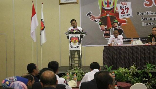 Suprihno memberi sambutan saat sosialisasi pada ASN, TNI, Polri dam Kades di Hotel Crown Victoria, Senin (9/4)