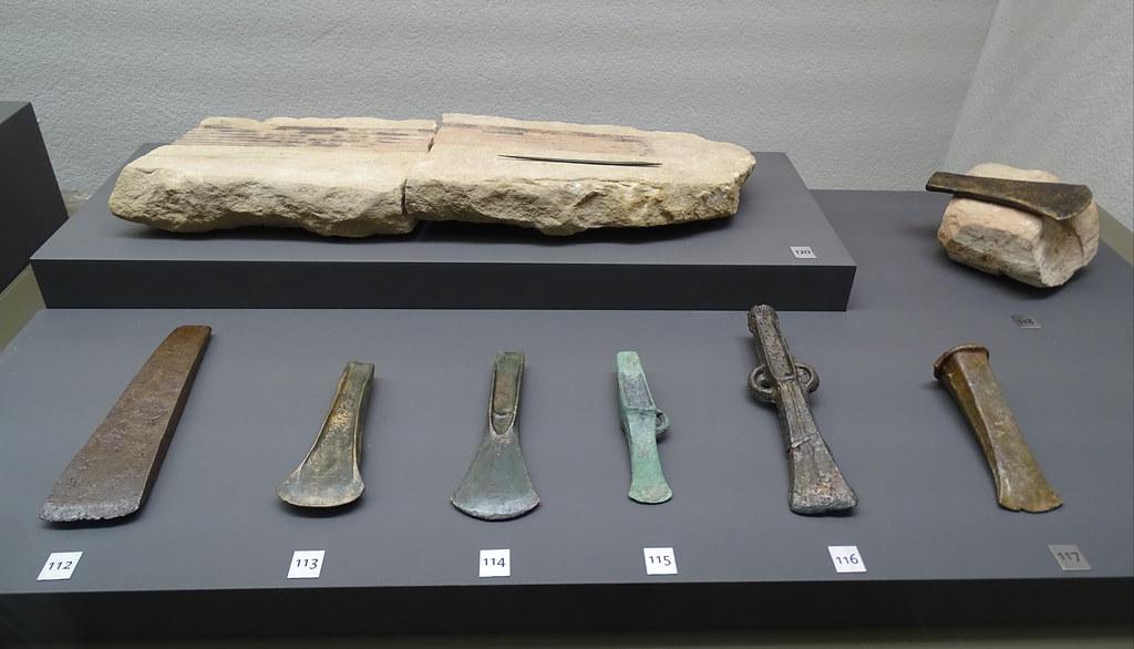 Molde de piedra y hachas de bronce Edad del Bronce Museo de Navarra Pamplona