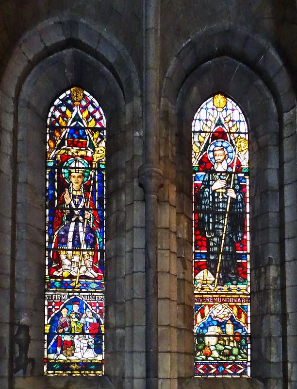 vidrieras de nave lateral interior Iglesia Real Colegiata Santa Maria de Roncesvalles Navarra 01