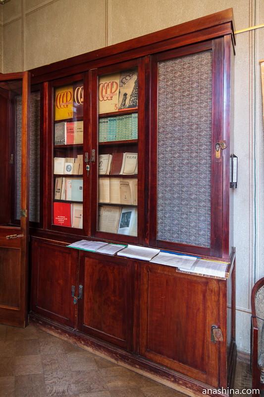 Книжный шкаф, особняк Рябушинского, Москва