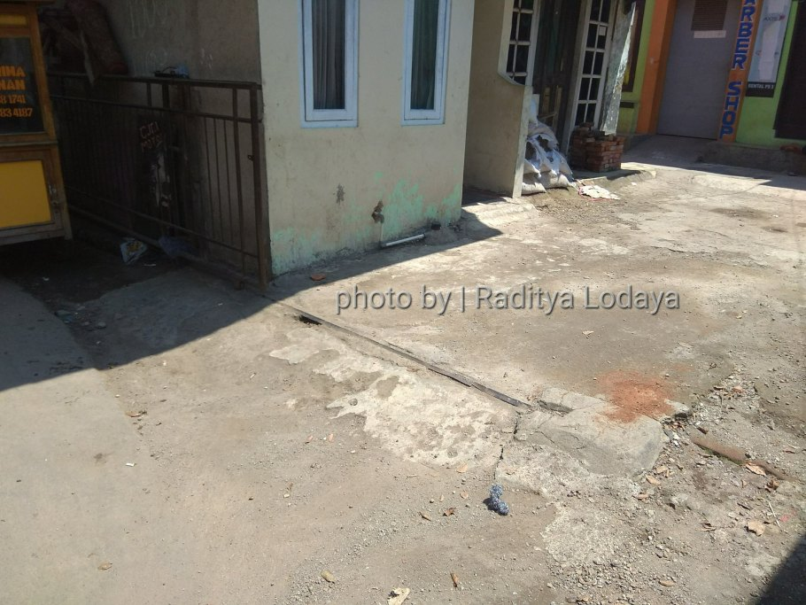 Foto Jalur Rel Mati Bandung (Kiaracondong Karees) 25 - Rel di pekarangan rumah di Jalan Samoja Dalam