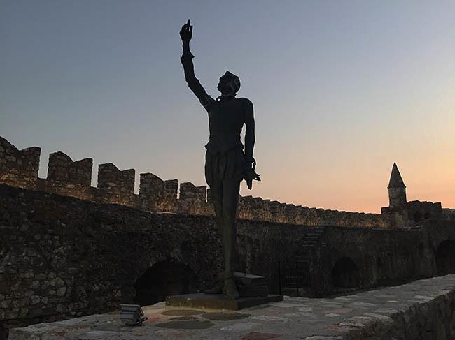 Atardecer en el memorial de la Batlla de Lepanto en Nafpaktos | Ruta por Grecia