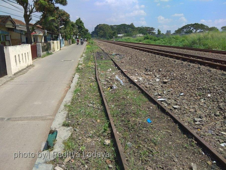Foto Jalur Rel Mati Bandung (Kiaracondong-Karees): Rel Mengarah ke Jalan Raya