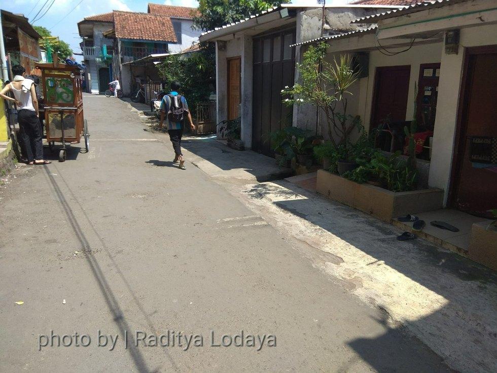Foto Jalur Rel Mati Bandung (Kiaracondong Karees) 26 - Deretan rumah di atas bekas rel di Jalan Samoja Dalam