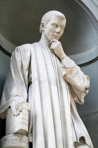 Uffizi statue: Niccolo Machiavelli by Elan Ruskin CC Flickr