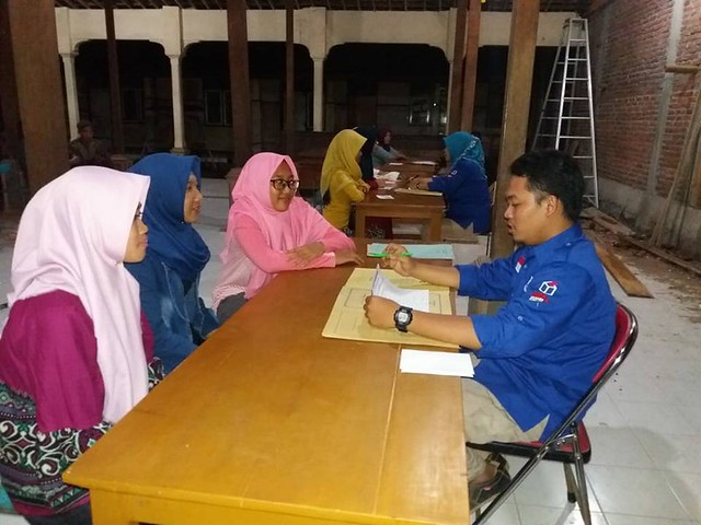 PPS dari Desa Tiudan saat mewawancarai calon KPPS di Balai Desa Tiudan (26/5)