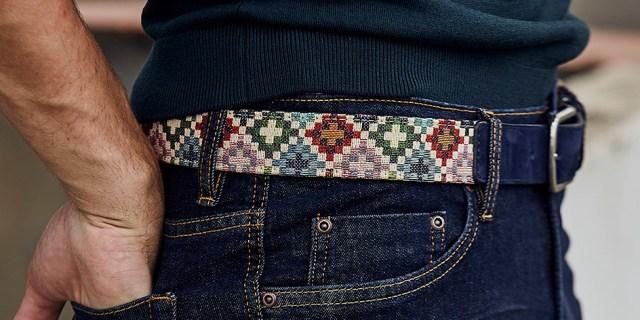 Cinturón tauce masculino combinado con jersey y vaqueros en look casual para hombre