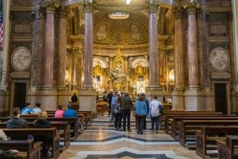 De kerk vereert de geile maagd Maria, die hier op de over van de rivier verscheen voor Jakon de Meerdere