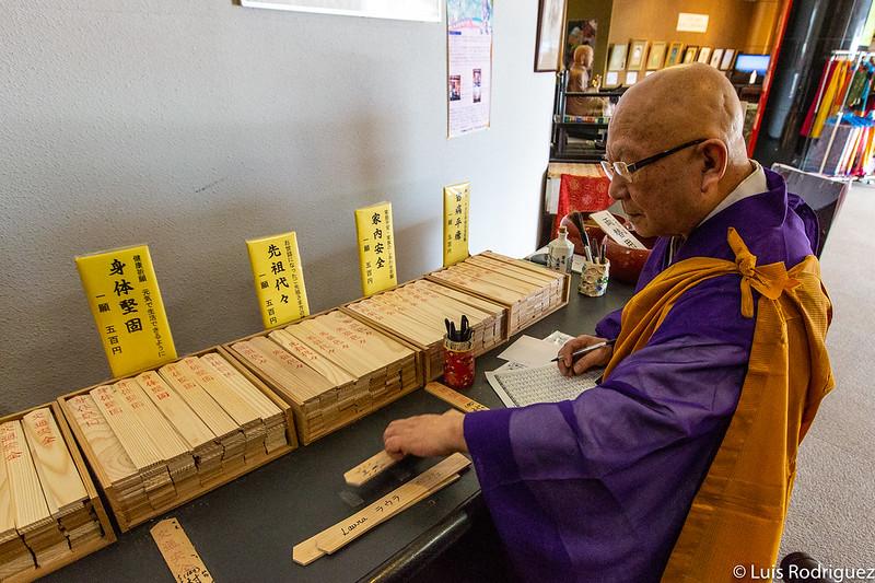 Monje del templo de la Gran Kannon de Shodoshima preparando nuestra ceremonia de purificación.