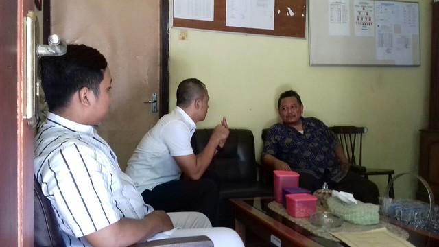Kasubbag TP dan Hupmas David Hartanto bersama tim saat berkoordinasi dengan Ketua MKKS SMA Swasta se Tulungagung Drs. H. Muhtarom di SMA Diponegoro (25/4)