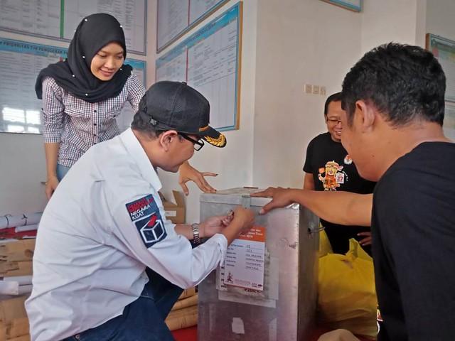 Suyitno Arman melakukan penyegelan kotak suara sebelum didistribusikan ke TPS-TPS, Senin (25/6)