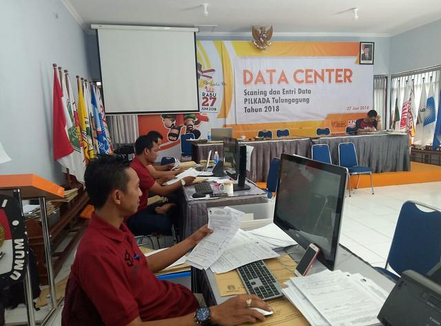 Petugas dari KPU Tulungagung saat mengoreksi entri data aplikasi hitung cepat di ruang Media Center kantor KPU Tulungagung (28/6)