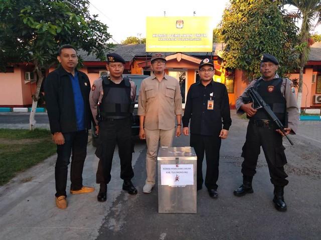 Personel polisi bersenjata lengkap mengawal pengiriman hasil rekapitulasi perolehan suara Pilgub 2018 ke KPU Jatim, Kamis (5/7)