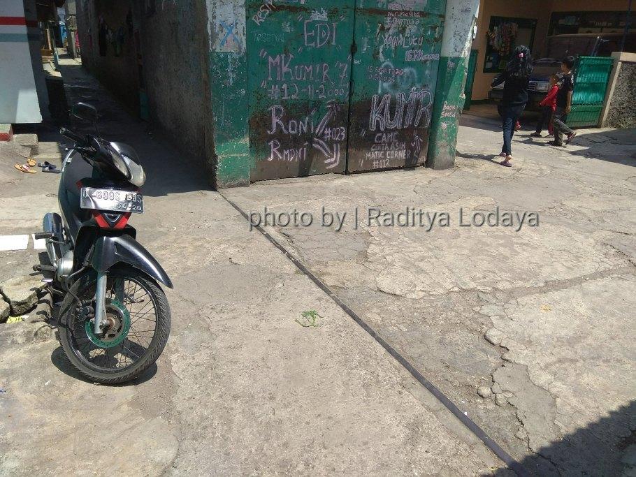 Foto Jalur Rel Mati Bandung (Kiaracondong Karees) 22 - Rel tertimbun bangunan di Jalan Cinta Asih