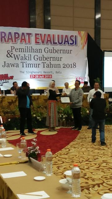 Komisioner KPU Tulungagung Victor Febrihandoko, S.Sos., saat menerima penghargaan terbaik ke-2 kategori pengelolaan logistik dari Komisioner KPU Jatim Dewinta Hayu Sinta di Singhasari Resort Batu (28/7)