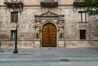 De ingang van El Palacio de los Condes de Morata. Een enorm paleis uit de 16de eeuw voor de onderkoning Pedro Martínez de Luna.