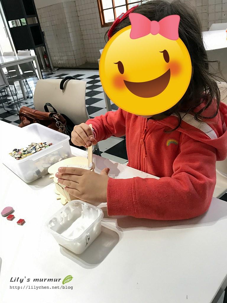 正在幫蘋果撲滿主體圖上白膠的小妮。