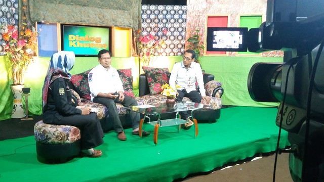 Suprihno dan Fatah Masrun saat tampil dalam acara talk show di sudio Doho TV Kediri dan disiarkan secara langsung (live), Kamis (26/4) malam