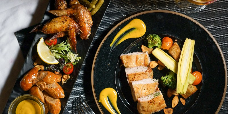 忠孝敦化 東區街頭也有歐式酒吧風情!微風徐徐與現場伴奏搭配美酒與美食,朋友聚餐推薦