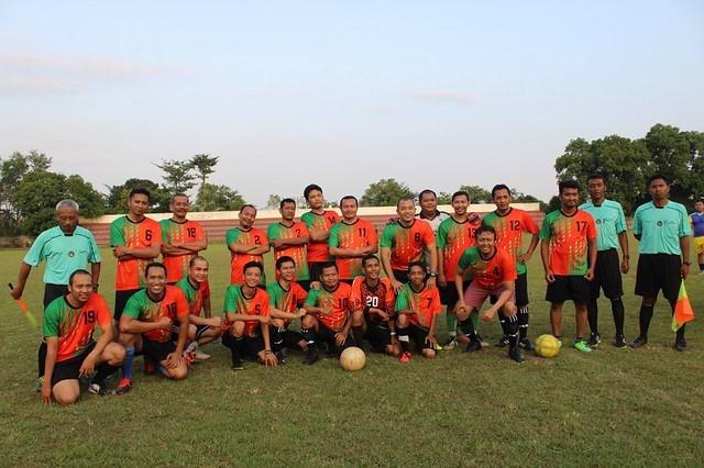 Pemain dari KPU Tulungagung/Panwaslu Tulungagung dan pemain dari Media Tulungagung sesaat sebelum kick off di lapangan Rejoagung (7/5)