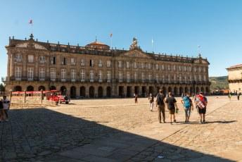 Het praza do Obradoiro voor de kerk met het Consello da Cultura Galega. Het instituut ter promotie van de Galicische cultuur.