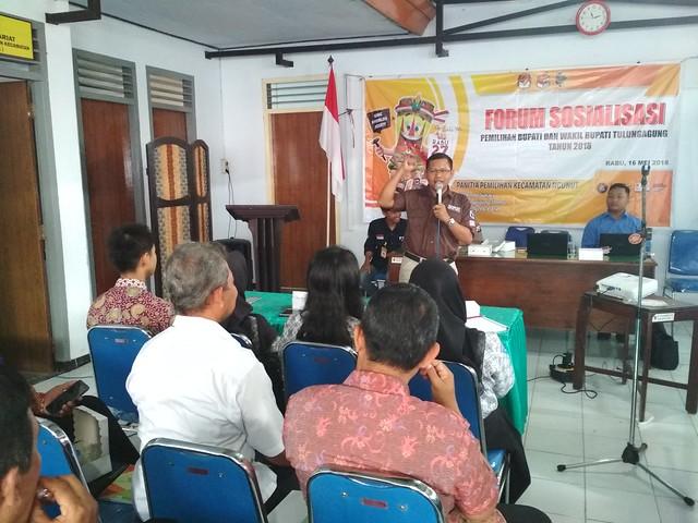 Ketua KPU Tulungagung Suprihno saat memberikan sosialisasi terkait Pemilu di Forum Warga Ngunut (16/5)