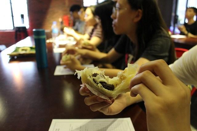 元智學生手撕破酥包,欣賞具有「印象派」風格的多元層次酥皮1