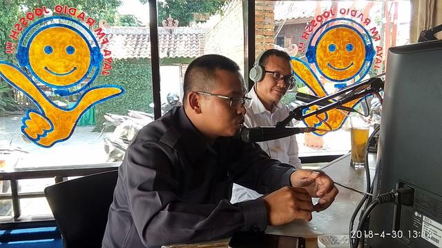 Ketua KPU Tulungagung Suprihno dan Anggota KPU Tulungagung Suyitno Arman tengah Tolk Show di Radio Jossh (30/4)